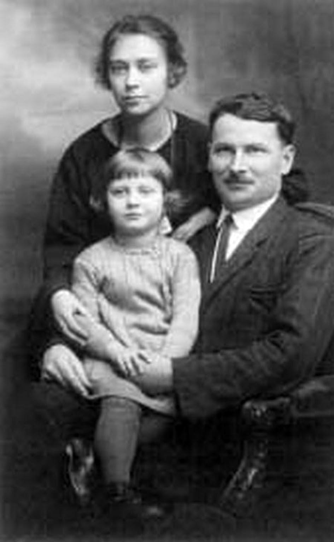Симон Наріжний з родиною. Прага, 1927 р.