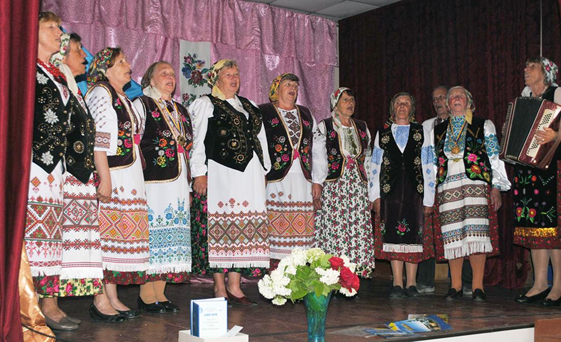 Виступає ансамбль «Хмелівчанка».