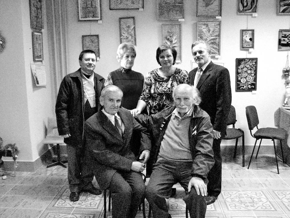 Сидять (зліва – направо): Любомир Бродович і Олег Бойкевич, стоять (зліва – направо): Михайло Гнатюк, Ірина Чернега, Степанія Сидорук і Богдан Тимків.