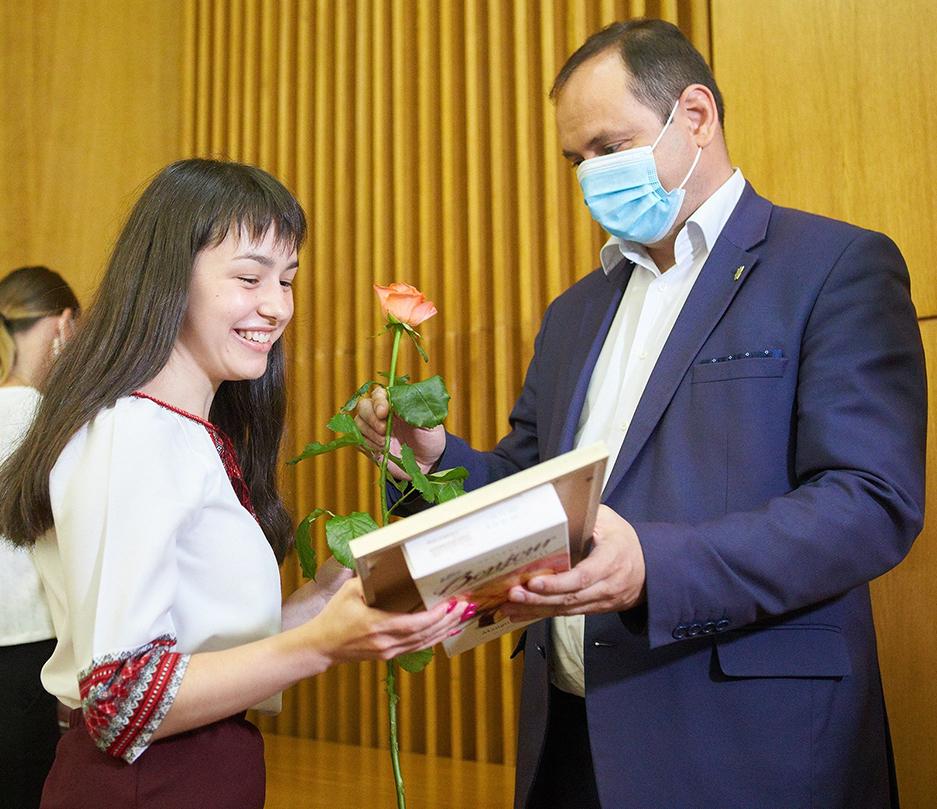 Міський голова Руслан Марцінків нагороджує переможців.