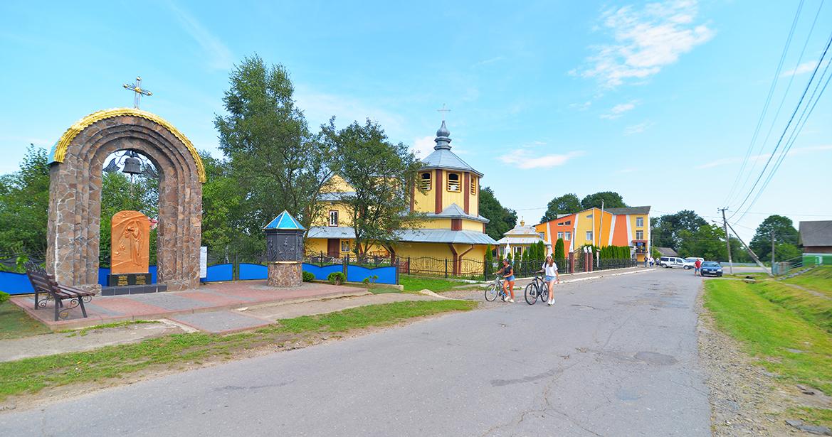 Церква Святого Василія Великого УГКЦ і стела пам'яті про виселення села Кадобни 1951 року.