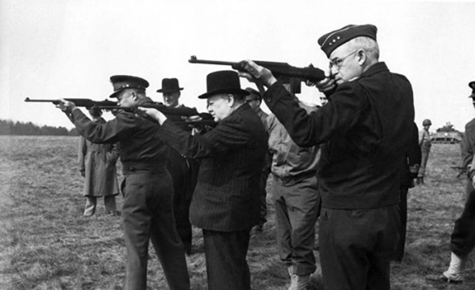 """До воєнних дій проти """"червоних"""" у Європі західні союзники готувалися грунтовно: на передньому плані - Вінстон Черчілль (у центрі), ліворуч - американський генерал, головнокомандувач сил антигітлерівської коаліції в Європі Девід Ейзенхауер, праворуч - генерал-лейтенант Омар Бредлі, один із основних командирів армії США у Північній Африці і Європі часів Другої світової."""