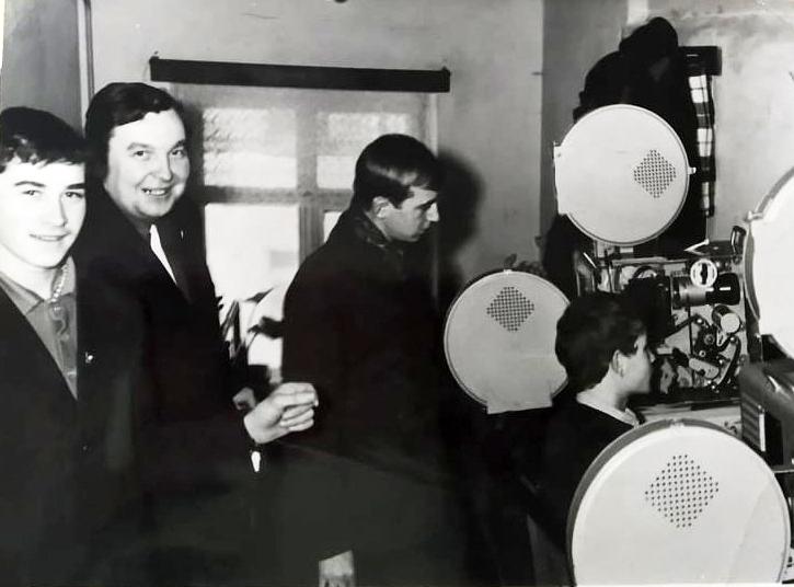 Заняття в кіногуртку проводить старший кіномеханік світлої пам'яті Адам Войтович.