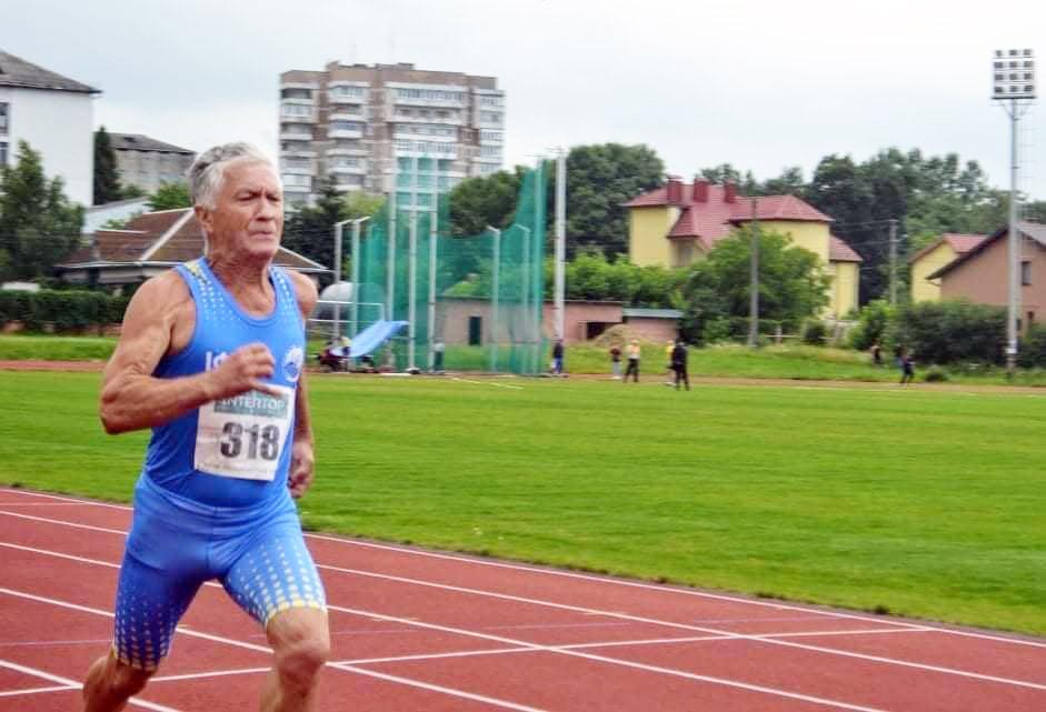 Я. Остафійчук фінішує першим на дистанції 80 м з бар'єрами на чемпіонаті області з легкої атлетики серед спортсменів-ветеранів.