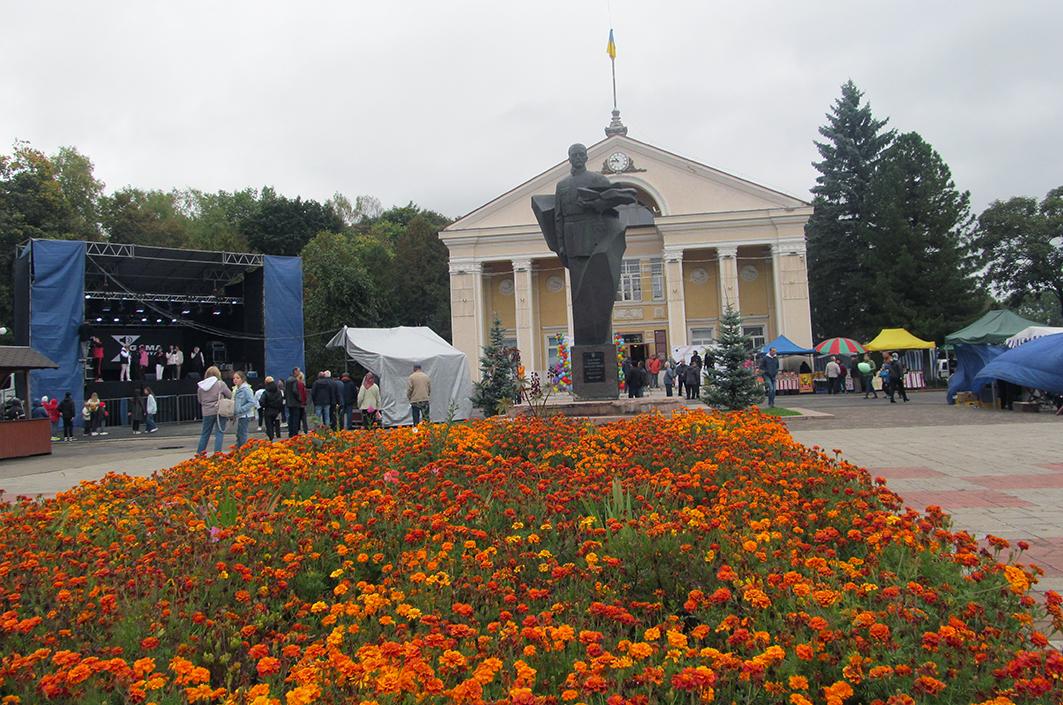 Площа з пам'ятником полковникові УГА Дмитру Вітовському – традиційне місце селищних фестин.