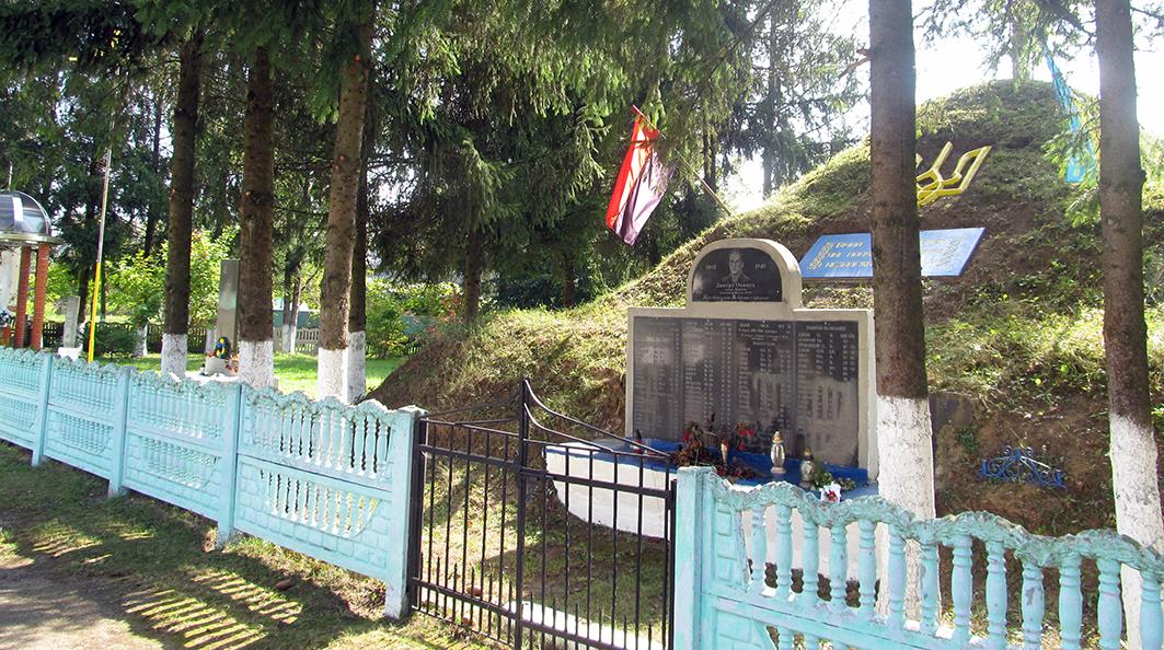 Меморіал пам'яті борців за волю України у Петрилові – гідний чин нащадків і окраса села.