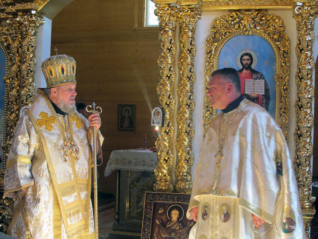 Владика Іоасаф та о. Іван Романів – у новозведеному храмі.